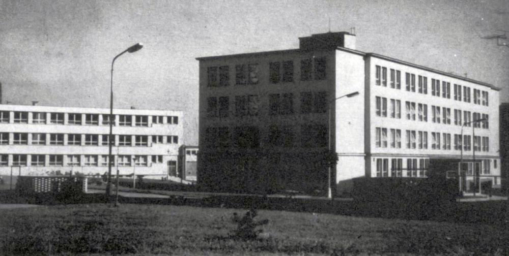 Zde v těchto místech u Kollárovy školy jsem rozbíjel státníkovy zbytky. Na dobovém snímku je vidět ohrádka na popelnice, kde V. I. Lenin nakonec neslavně skončil...
