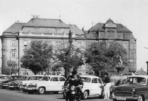 Okresní výbor KSČ (vpravo, vedle pošty), kde docházelo, podle teorie pana Stoličky, k podivnému sedání obratlů zdejších funkcionářů... :-)