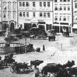 Živý provoz povozníků před zavedením tramvajové dopravy už začínal být v centru neúnosný...