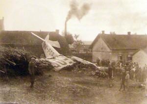 Havarované letadlo v bedřichovské cihelně 22. srpna 1930