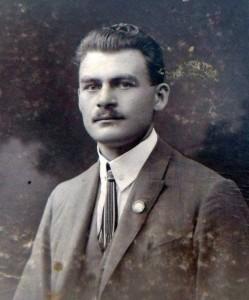 Děda František v roce 1919. Přestál právě léta hrůz světové války a ještě asi vůbec netušil, že se v příštích dvaceti letech ožení a stane otcem pěti dětí - a jednoho dne tak bude i mým dědečkem..
