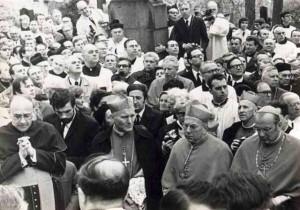 Budoucí papež kardinál Wojtyła na pohřbu kardinála Štěpána Trochty v Litoměřicích v dubnu 1974.