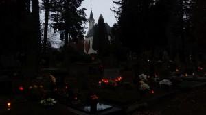 Právě, když jsem běžel kolem skupiny velkých thují za hřbitovní kaplí, spatřil jsem v měsíční záři v křoviscích nějaký pohyb...