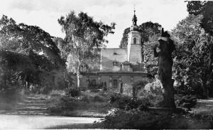 Hřbitovní kostel Sv. Ducha v parku na místě bývalého velkého hřbitova zrušeného roku 1868.