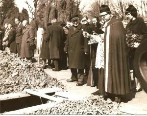 Bohuslav Vitula pohřbívá mého otce Jiřího 29. března 1972